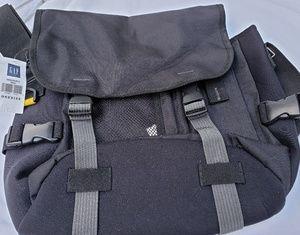 GAP COMPACT MESSENGER BAG NWT